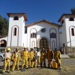 Guardaparques y bomberos forestales trabajan para extinguir incendios forestales